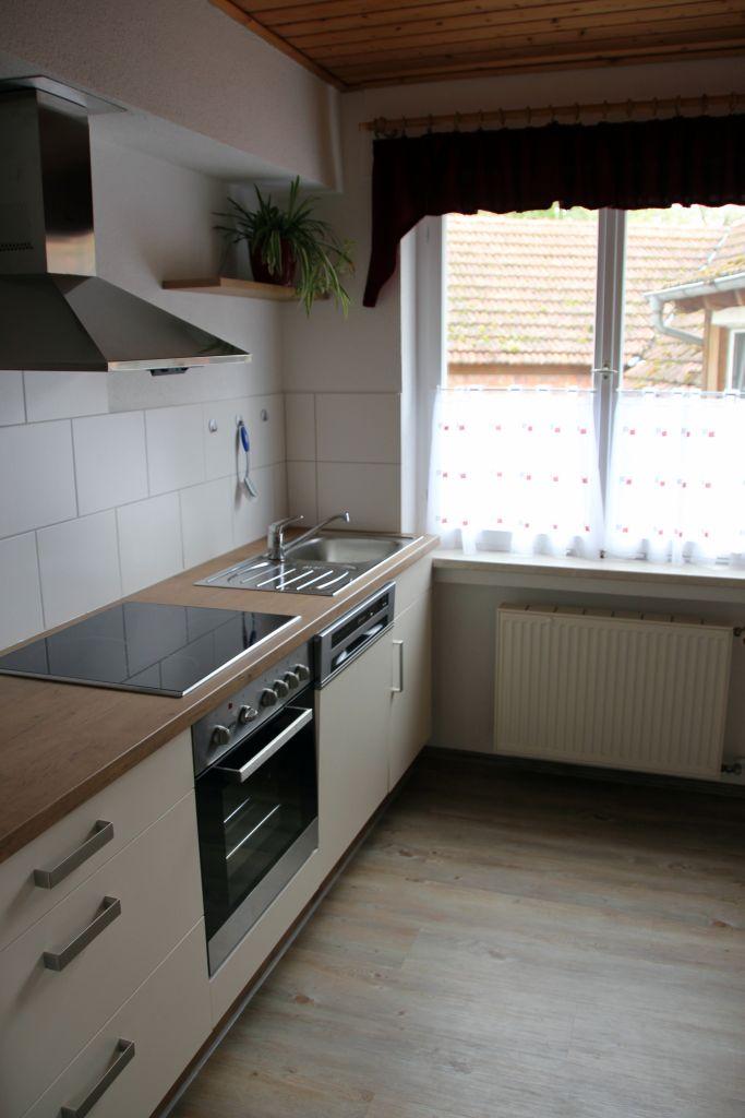 Die Küche bietet neben einer große Spüle ein Ceran Kochfeld mit ...